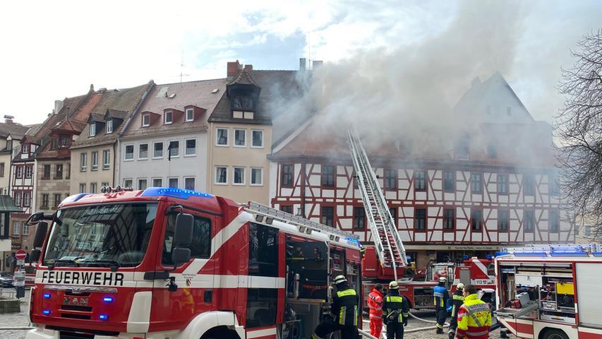 Feuer in Nürnberger Altstadt: Flammen zerstören Dachstuhl am Tiergärtnertor