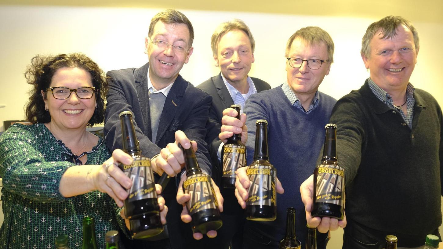 Es hoffen auf zusätzliche Einnahmen weit über dem Promillebereich (von links): Sandra Wüstner, Sven Pastowski, Pfarrer Oliver Schürrle, Dieter Weidlich und Georg Hütter.
