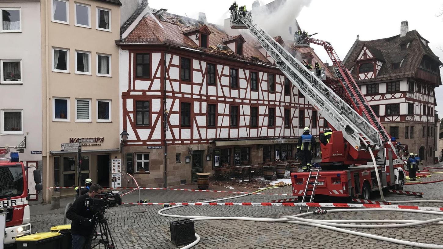 Mit Angriffstrupps von innen und über drei Drehleitern von außen gingen die Einsatzkräfte der Feuerwehr gegen die Flammen vor. Es dauerte bis zum Nachmittag, bevor die Situation unter Kontrolle war.