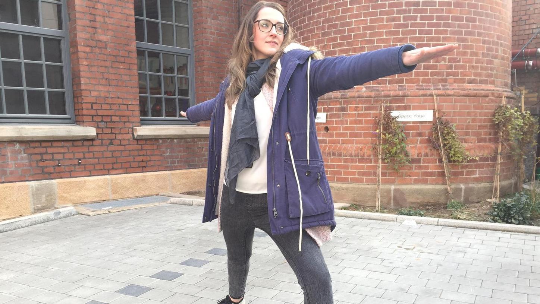 """""""Krebskriegerin"""" Susanna Zsoter deutet eine Krieger-Pose aus dem Yoga an, die Stärke und Stabilität erfordert."""
