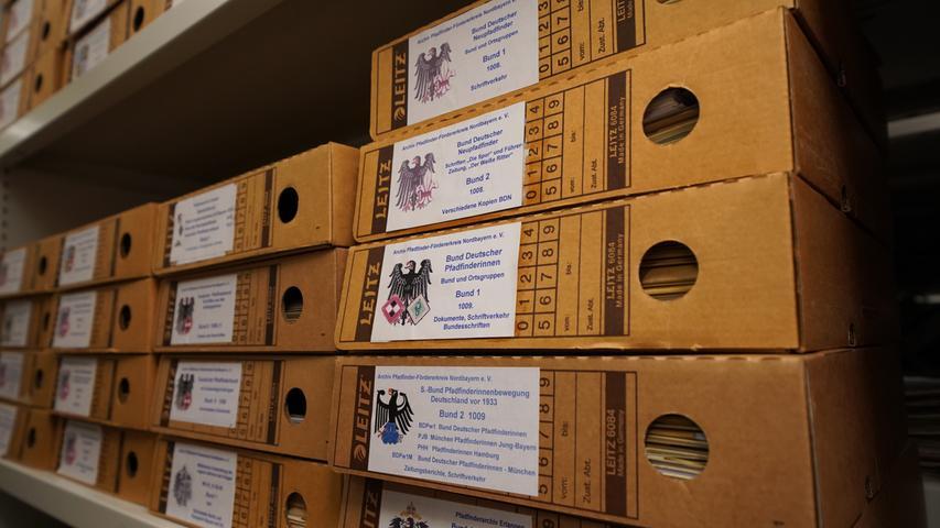 Zu den Hauptaufgaben des Stadtarchivs gehören die dauerhafte Aufbewahrung und Erschließung seiner Bestände, die Führung und Ergänzung der archivischen Sammlungen und Dokumentationen, besonders der Stadtchronik und der zeitgeschichtlichen Sammlung, die Bereitstellung von Unterlagen und Informationen für Archivbenutzer, die Erforschung der Geschichte Erlangens, die Mitwirkung an der Denkmalpflege sowie die historische und politische Öffentlichkeitsarbeit.