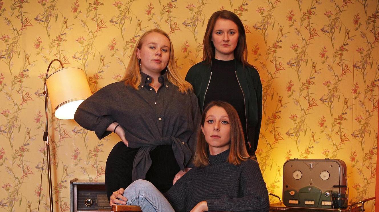 """Die Veranstalterinnen Alba Wilzcek (24, hinten links), Franca Walser (28) und Anna Mayer (25, sitzend) erhoffen sich von ihrer neuen Partyreihe """"Goodies"""" vor allem eines: eine gute Zeit für alle Beteiligten."""