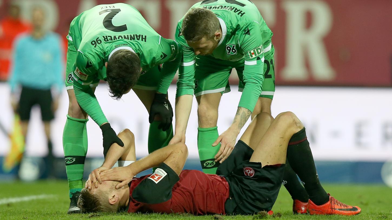 Ein Bild mit Symbolcharakter: Der Club gegen Hannover 96 am Boden.
