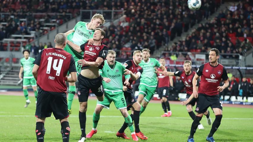 Die darauffolgende Ecke erweist sicher aber als früher Rückschlag für den FCN. Dominik Kaiser bringt den Ball auf den ersten Pfosten, wo Timo Hübers sich beeindruckend gegen Patrick Erras durchsetzt und unhaltbar einköpft.