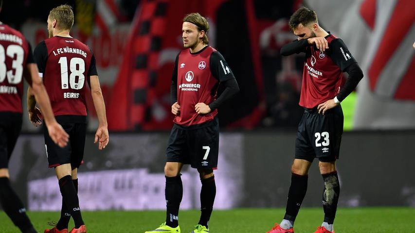 Das war dann auch die letzte nennenswerte Aktion des Spiels, wenige Minuten später pfeift Schiedsrichter Schmidt ab und erlöst die Nürnberger damit beinahe von diesem Spiel. Die Enttäuschung steht den Spielern wie ins Gesicht geschrieben. Alles, was man in den letzten Wochen an Stabilität und Sicherheit aufgebaut und gelobt hatte, schien am Freitagabend wie vergessen. Damit gewinnt Hannover 96 verdient mit 3:0 in Nürnberg und zieht in der Tabelle ein Stück davon.