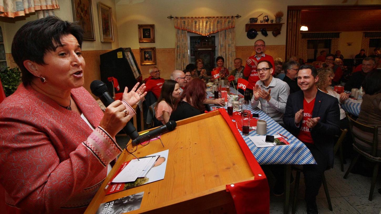 Während die örtlichen Treuchtlinger Sozialdemokraten beim Starkbierfest in Auernheim ihre Anhänger schon mal auf die Kommunalwahl einstimmten, kam die Gastrednerin Maria Noichl (links) zu spät – die Europaabgeordnete war im Zug eingeschlafen und musste dann mit dem Taxi von Nürnberg nach Treuchtlingen fahren.