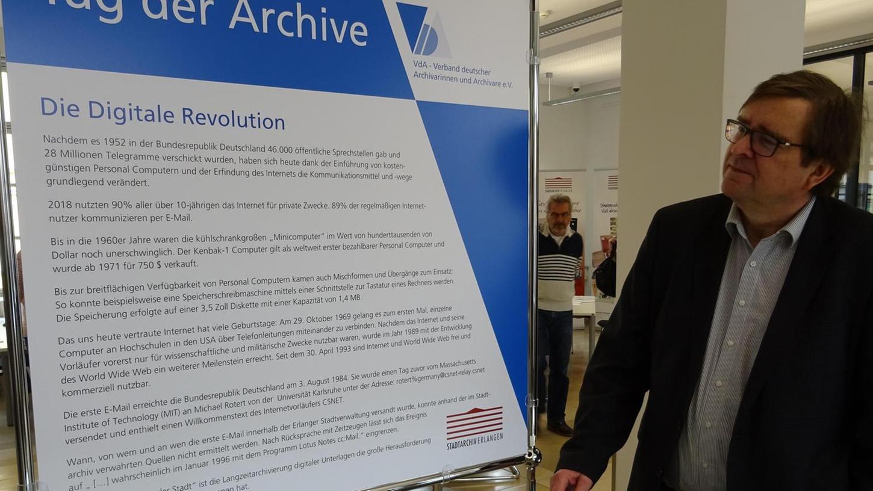 """Der Leiter des Stadtarchivs, Andreas Jakob, an der Vitrine des jüngsten Kapitels der """"Geschichte der Kommunikation"""". Unter dieses Thema war der """"Tag der Archive"""" gestellt worden."""