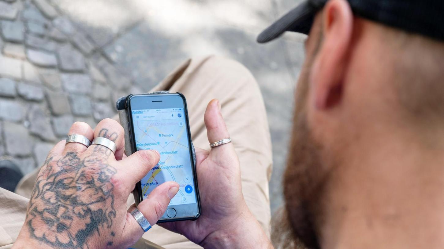 Wo ist die nächste Notschlafstelle oder wo gibt es kostenlos etwas Warmes zu essen? Mit einem Smartphone lebt es sich leichter auf der Straße, sagen Obdachlose.