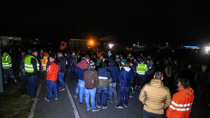 Landwirte blockieren das Aldi-Zentrallager Adelsdorf
