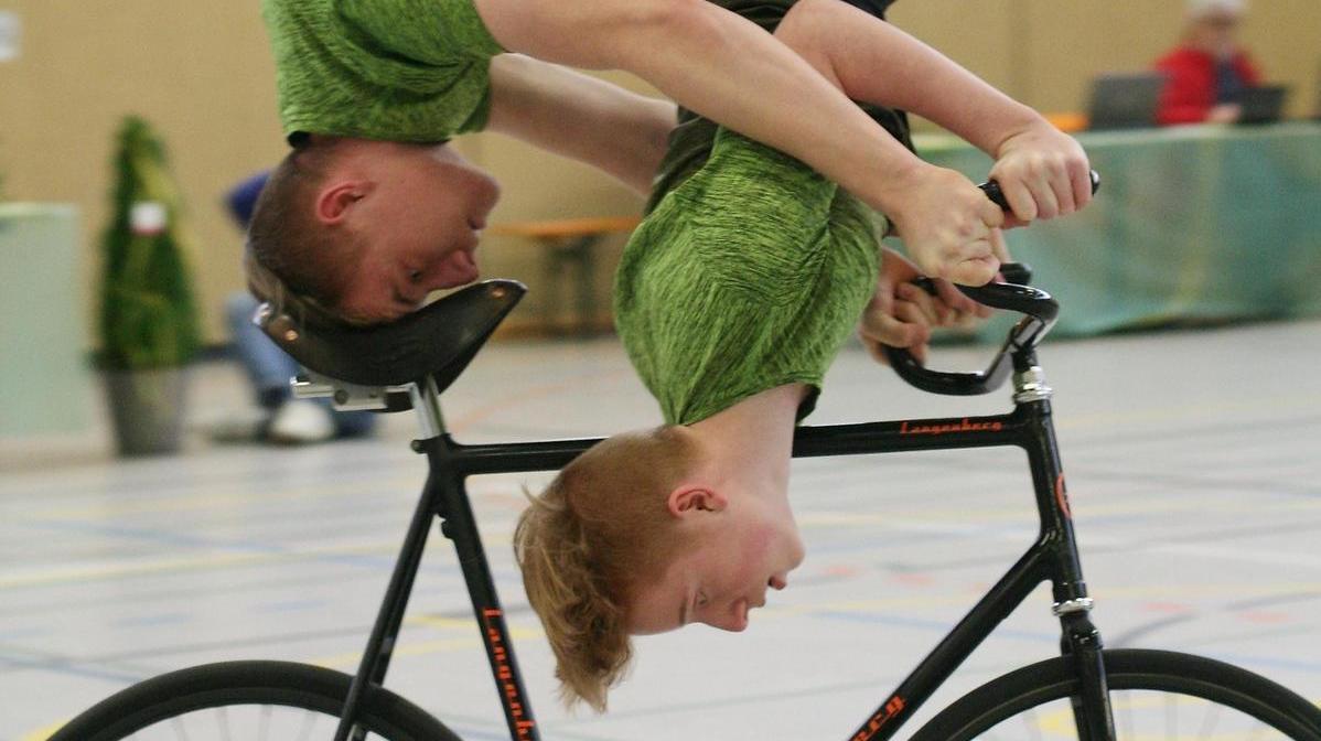 Braucht Mut, gutes Timing, Feingefühl und Vertrauen: Zu zweit kopfüber auf einem Rad in der Runde zu fahren gehört zu den Schwierigkeiten im 2er Kunstrad, die Alexander und Daniel Stark mittlerweile souverän beherrschen.