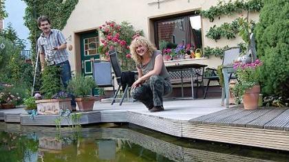 Am und natürlich im Schwimmteich von Renate und Jürgen Schuster lässt es sich auch an heißen Sommertagen gut aushalten. Anlässlich des Tags der offenen Gartentür können sich Besucher über die Anlage informieren.