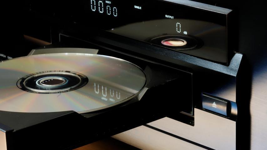 In vielen Haushalten tummeln sich inzwischen alte CDs. Wer noch einen passenden Player zuhause hat, könnte die Gelegenheit nutzen und einmal wieder tief in seine musikalischen Jugendsünden eintauchen. Wer weiß, vielleicht setzt sich dabei ja der ein oder andere Ohrwurm fest?
