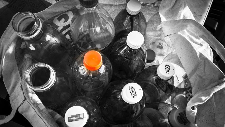Im Haus stapeln sich die Glas- und Plastikflaschen. Es rentiert sich, sie zusammenzusuchen und beim nächsten Einkauf zur Leergutannahmestelle zu bringen. Ein paar Groschen fallen dabei immer ab. Und wenn man schon unterwegs ist, kann auch direkt das Glas entsorgt werden.