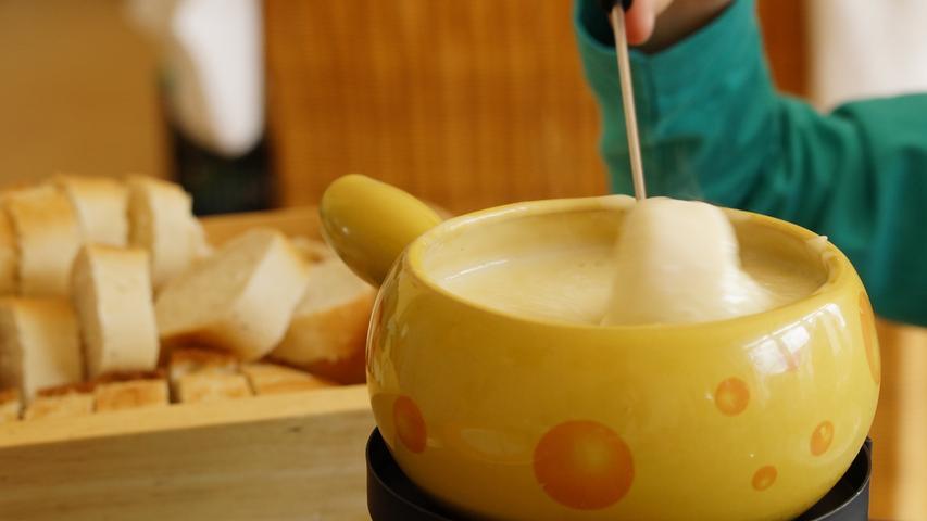 Egal ob mit Käse, mit Öl oder Schokolade: Ein Fondue bedarf ein wenig Vorbereitungszeit. Deshalb bietet sich die zusätzlich gewonnene Zeit gut dazu an, ein wenig zuhause zu schnippeln und zu schmelzen. Das Gute daran ist, dass jeder sein Fondue ganz an seine Ernährung anpassen kann.