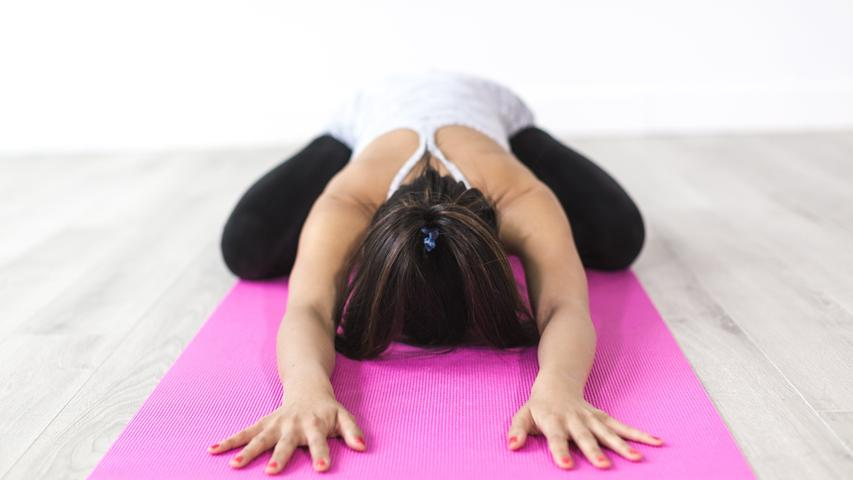 Für Yoga beispielsweise brauchen Sie eine passende Matte und eine Anleitung für die Übungen, beispielsweise aus dem Internet. Auch viele andere Sportarten lassen sich ganz einfach von zuhause aus betreiben - Fitness-Übungen, Gewichtheben, Schach Spielen oder auch draußen eine Runde mit dem Fahrrad oder den Inlinern drehen.