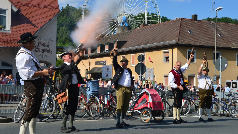 Traditionell wird die Erlanger Bergkirchweih durch Böllerschützen eröffnet. Nun berät die Stadt darüber, die großen Feste zu streichen.
