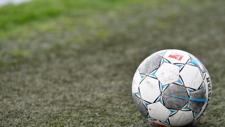 Der Ball in Deutschlands höchsten Spielklassen ruht - und das noch für längere Zeit.