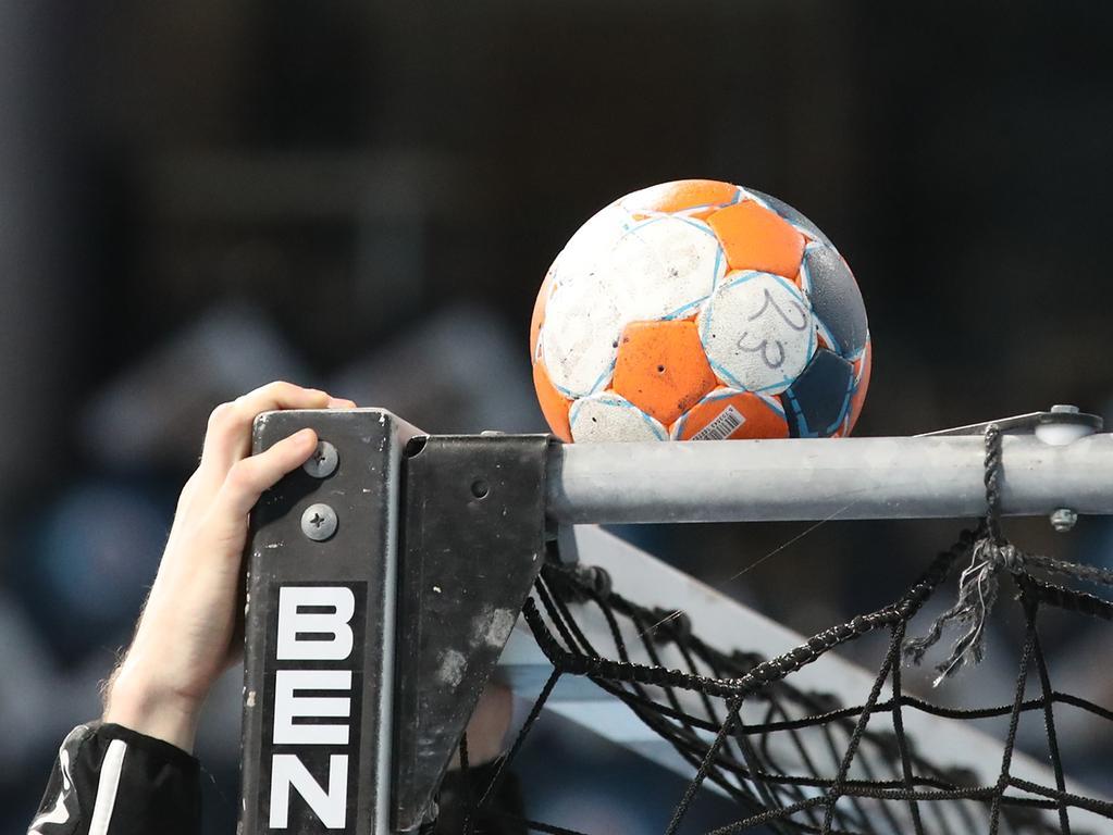05.03.2020 --- Handball --- 1. Bundesliga LIQUI MOLY HBL --- Saison 2019 2020 --- 27. Spieltag: HC Erlangen Metropolregion Nürnberg HCE - Bergischer HC --- Foto: Sport-/Pressefoto Wolfgang Zink / DaMa --- ......Symbolbild Symbolfoto Feature Impression - Handball Ball auf Handballtor Tor Latte