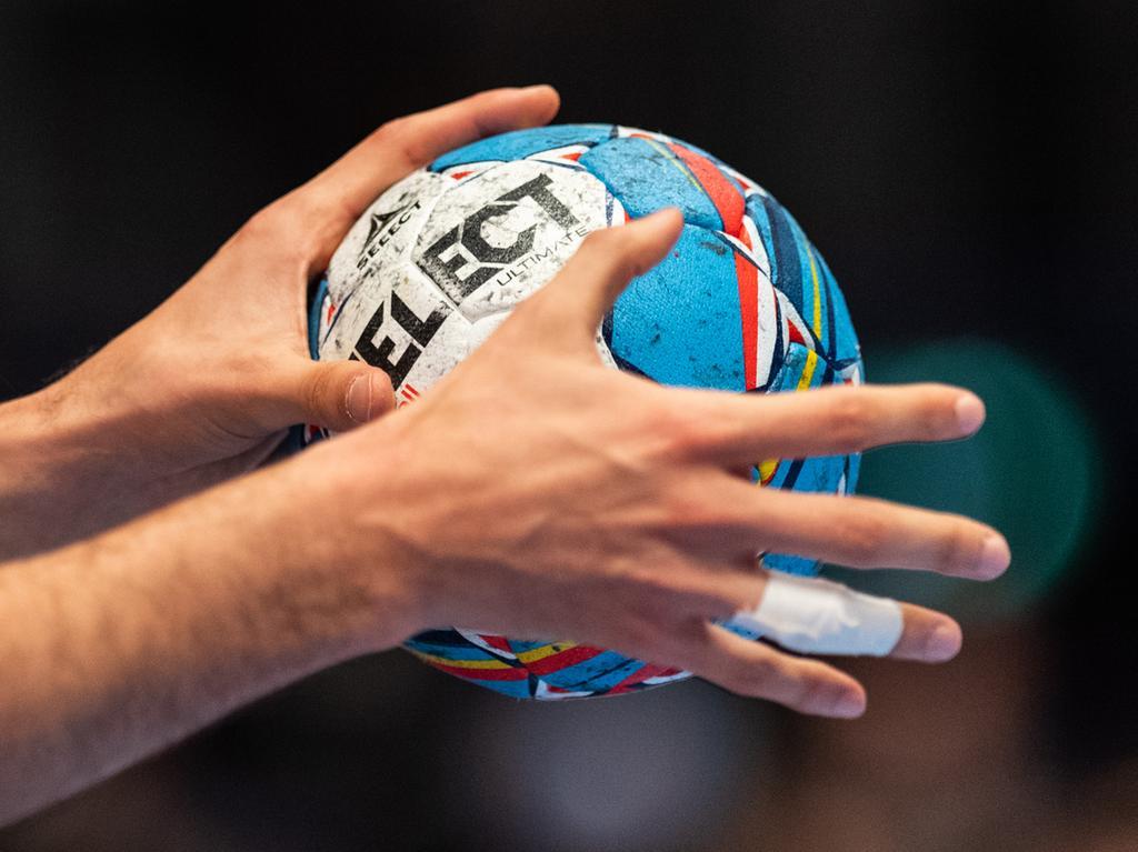 ARCHIV - 22.01.2020, Österreich, Wien: Handball: EM, Kroatien - Spanien, Hauptrunde, Gruppe 1, 4. Spieltag, in der Wiener Stadthalle. Ein Ball in der Hand eines Spielers. (zu dpa: Handball-Festtage: Frauen-WM 2025 und Männer-WM 2027 in Deutschland) Foto: Robert Michael/dpa +++ dpa-Bildfunk +++