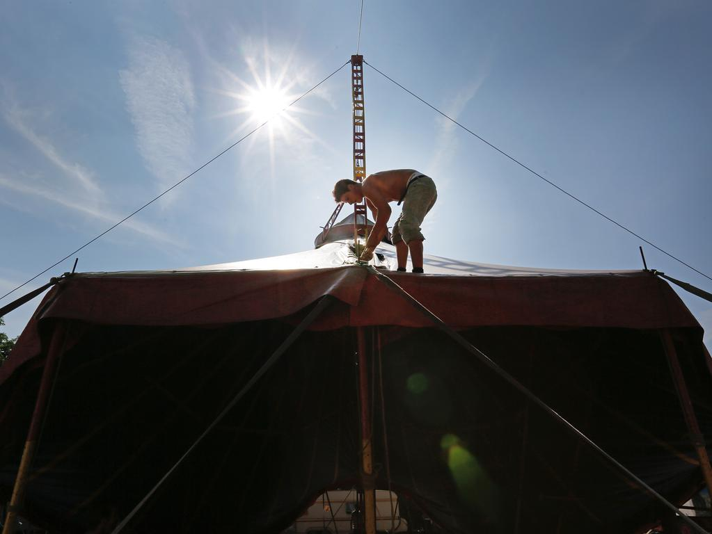 Aufbau Circus Brasil in Hemhofen; Zirkus; Ronny Quaiser auf dem Zirkuszelt..Foto: (c) RALF RÖDEL / NN +++ Veröffentlichung nur nach vorheriger Vereinbarung!
