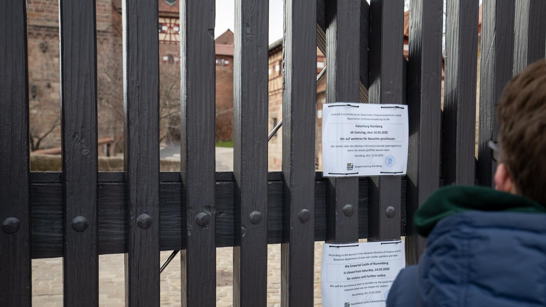 Ein Hinweis über die vorübergehende Schließung der Kaiserburg hängt am Eingangstor zur Burg.