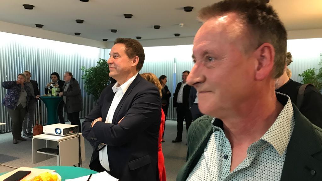 Gebannt verfolgt Fürths OB Thomas Jung in den Räumen der infra die Wahlergebnisse.
