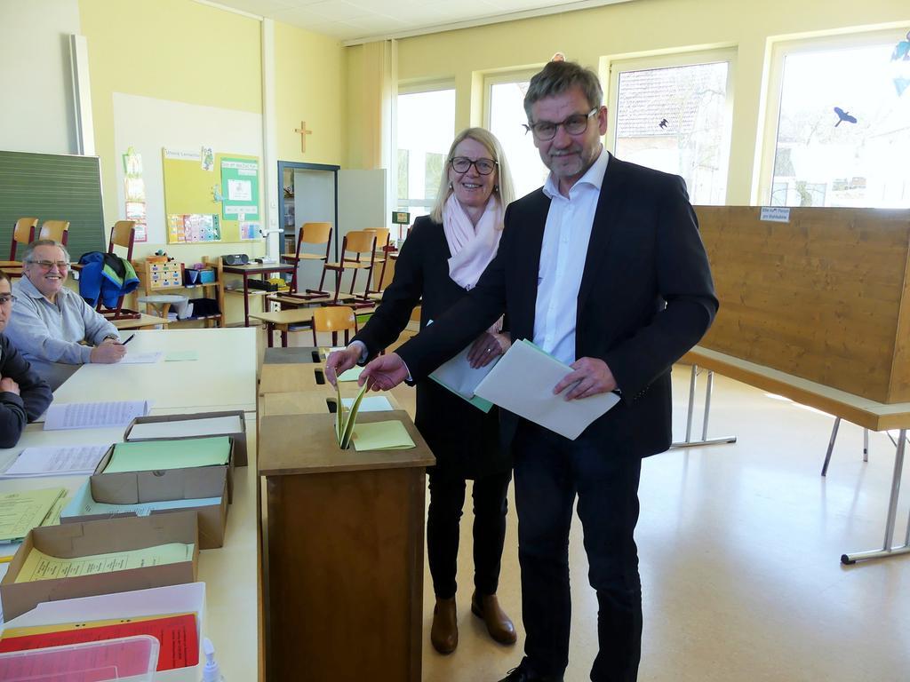 FOTO: 15.3.2020; Alfred Müller MOTIV: Bürgermeister Karl-Heinz Fitz und Frau Angelika bei der Stimmabgabe in  ihrem Wahllokal in Frickenfelden; Gunzenhausen