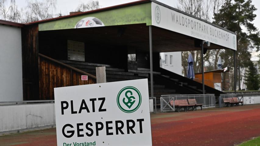 Auch kein Fußball mehr: Bis zum Ende der Osterferien, dem 19. April, hat der Bayerische Fußball-Verband den Betrieb eingestellt. Am Waldsportpark, hier tritt normalerweise die Spielvereinigung Erlangen an, ist der Platz gesperrt.