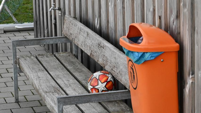 Wann der Ball wieder rollt, kann aktuell niemand seriös beantworten. Bei Fußball-Bezirksligist SV Tennenlohe haben sie ihn trotzdem schon einmal bereit gelegt.