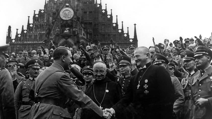 Händeschütteln wie hier auf dem Nürnberger Hauptmarkt war nicht so sehr die Sache Adolf Hitlers. Lieber verwendete er den Hitlergruß. Der ist aber schon seit 1947 wieder aus dem Duden verschwunden. Und deshalb zeigen wir ihn hier auch nicht.