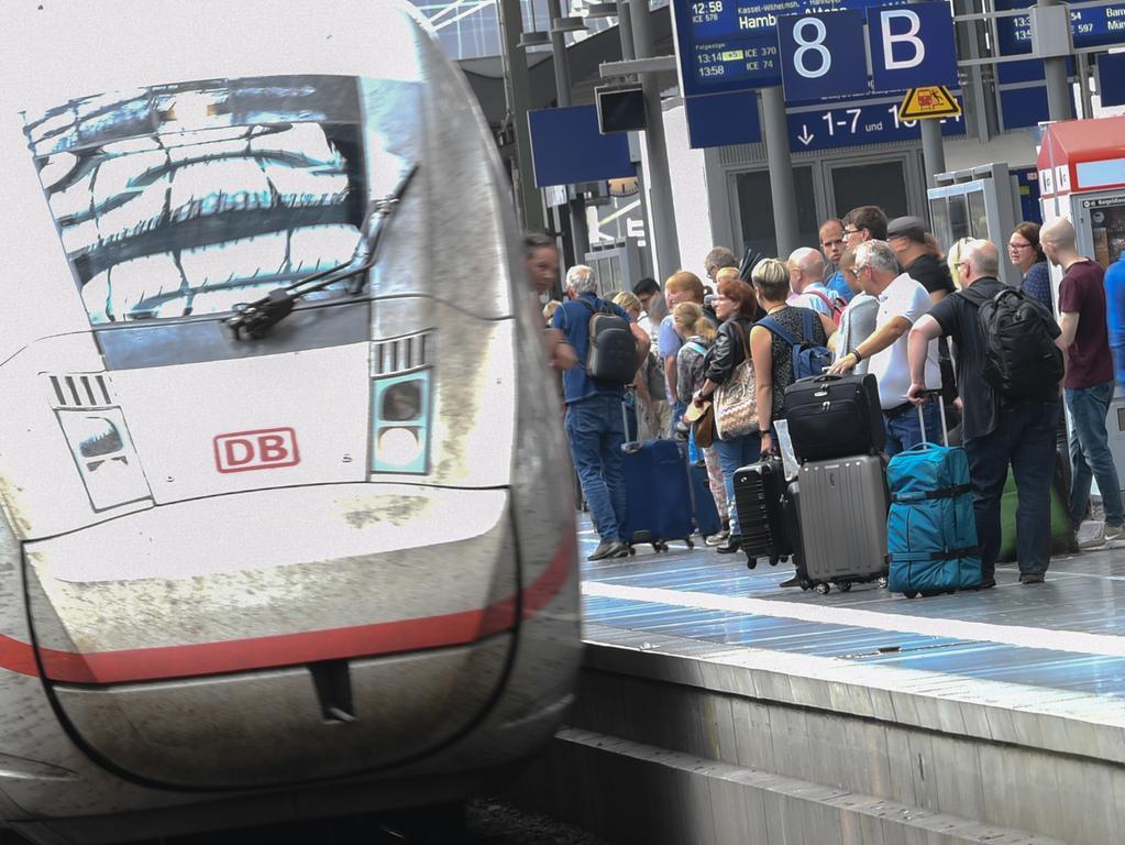 ARCHIV - 05.08.2019, Hessen, Frankfurt/Main: Bahnreisende stehen am Gleis 8 des Frankfurter Hauptbahnhofs, in den ein ICE einfährt. Foto: Arne Dedert/dpa +++ dpa-Bildfunk +++