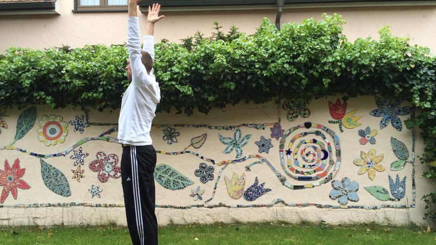 Wer mit dem Kraftsport nichts anzufangen weiß, findet seine innere Balance vielleicht beim Yoga.Allerdings sind manche Übungen ohne professionelle Anleitung nicht zur Nachahmung empfohlen.