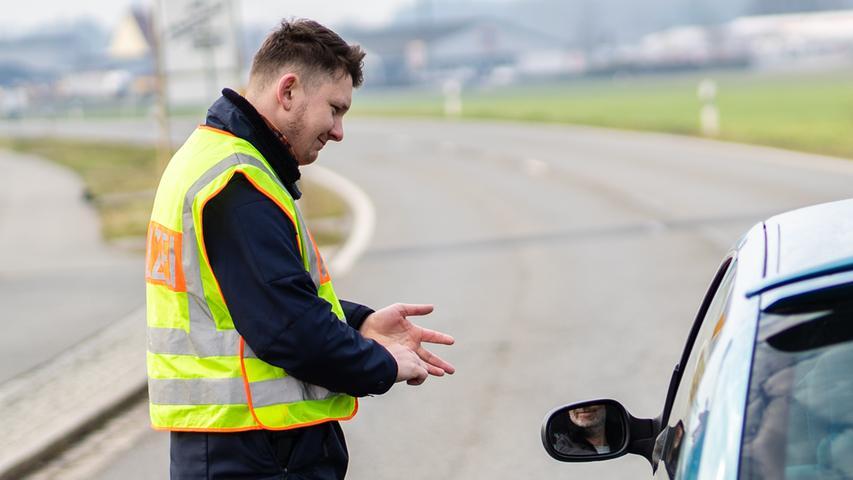 19.03.2020, Bayern, Mitterteich: Ein Polizist kontrolliert die Ortsausfahrt von Mitterteich. Das Landratsamt in Tirschenreuth erteilte am Mittwochabend eine Ausgangssperre, weil in Mitterteich die Zahl der am Coronavirus erkrankten Menschen besonders hoch ist. Foto: Nicolas Armer/dpa +++ dpa-Bildfunk +++
