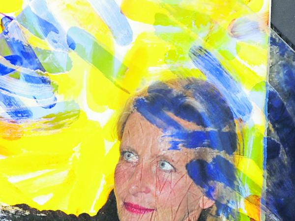 Die Künstlerin Ursula Jüngst mit einer von ihr gestalteten Glasplatte.