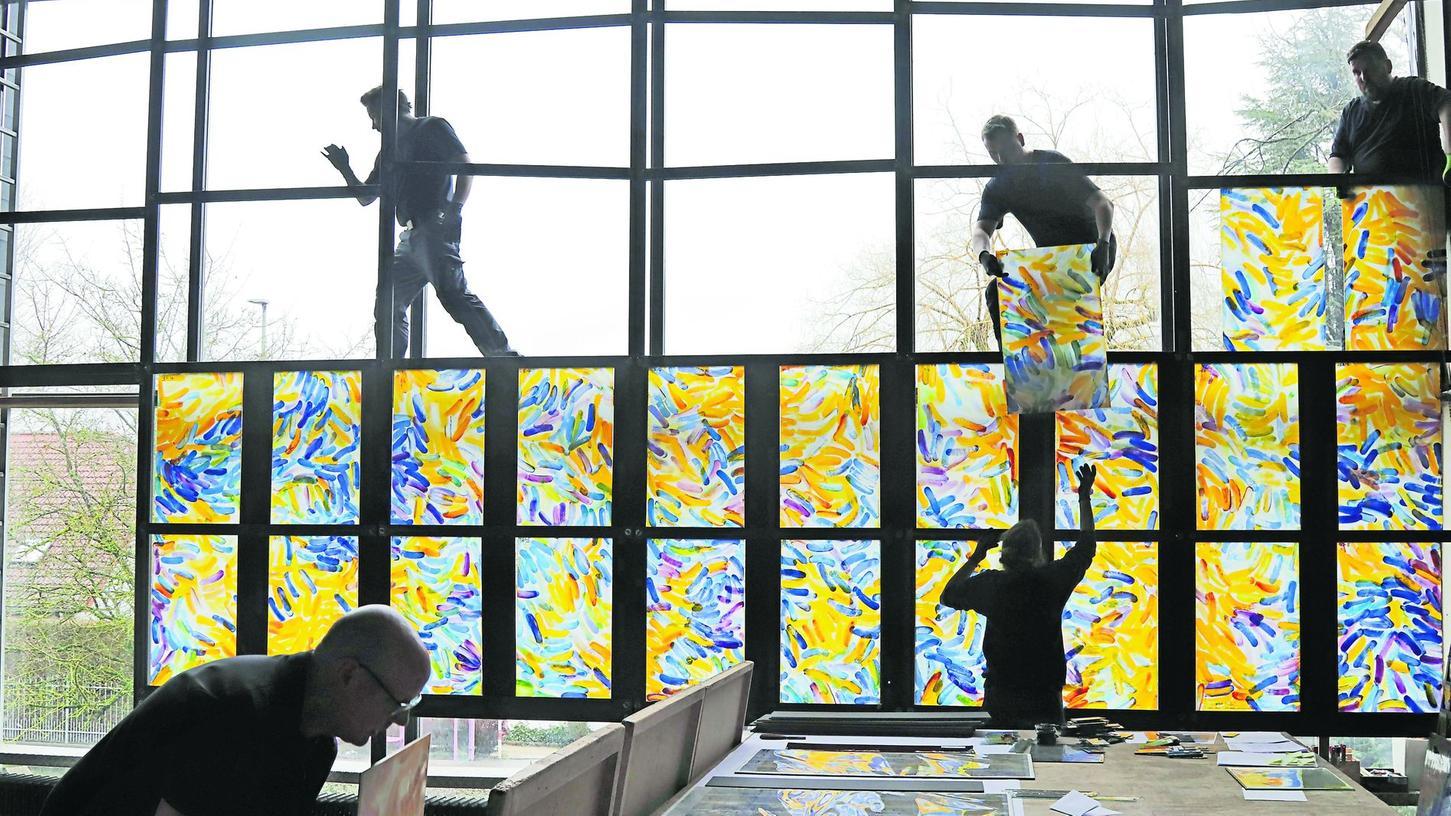 Schon im unfertigen Zustand kann man sich vorstellen, wie es durch Ursula Jüngsts Fenstergestaltung in der Taufkapelle künftig schimmern und schillern wird.