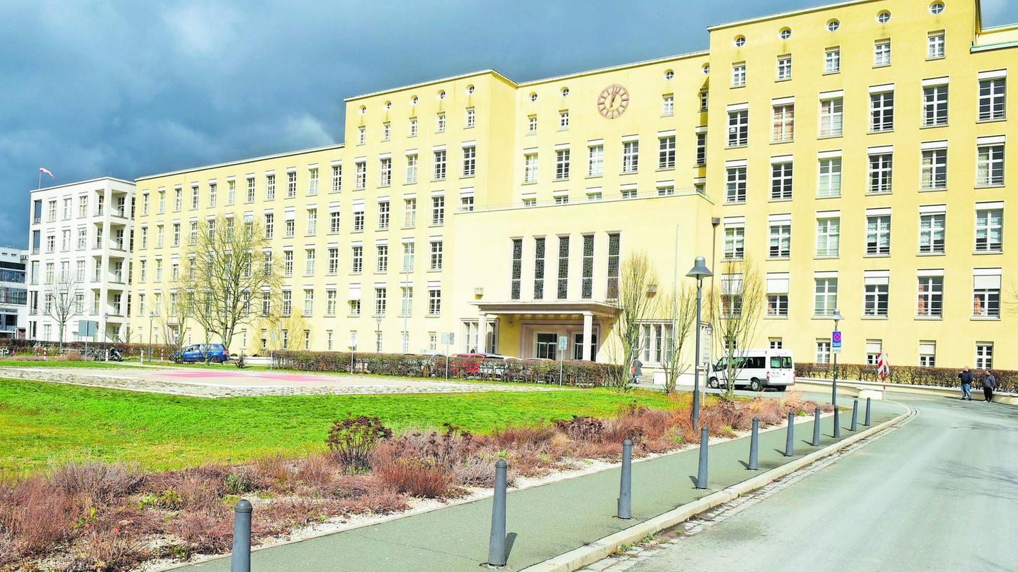 Besuche sind im Fürther Klinikum nur noch in begründeten Ausnahmefällen erlaubt. Einlasskontrollen in Zelten wie in Nürnberg gibt es noch nicht. Dass sich das ändert, ist aber nicht ausgeschlossen.