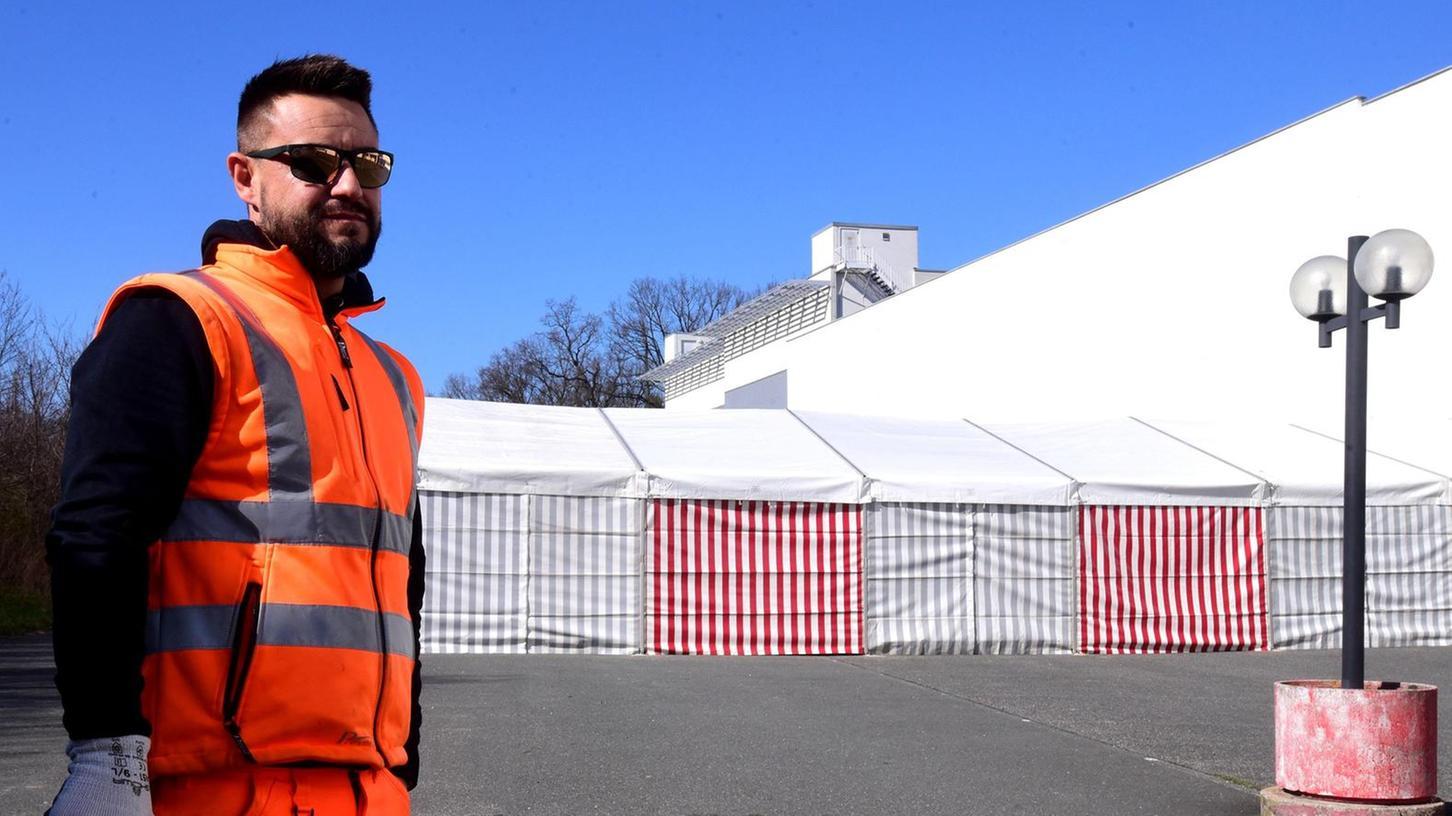 Am Montag wurde die Drive-Through-Teststation in der Seeackerstraße aufgebaut. Ein Arbeiter kümmerte sich um die nötigen Markierungen.