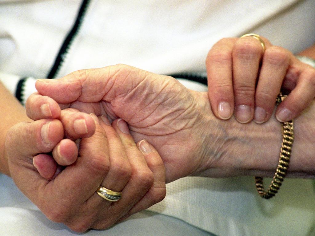 ARCHIV Das symbolhafte Foto zeigt die Hand eine Mitarbeiterin eines Pflegedienstes beim Pulsmessen am Arm einer alten Frau, aufgenommen am 12.06.2003 in einem Seniorenheim in Hennigsdorf, Brandenburg. Das Pulsmessen geht am besten am Unterarm. Foto: dpa +++(c) dpa - Nachrichten für Kinder+++ | Verwendung weltweit