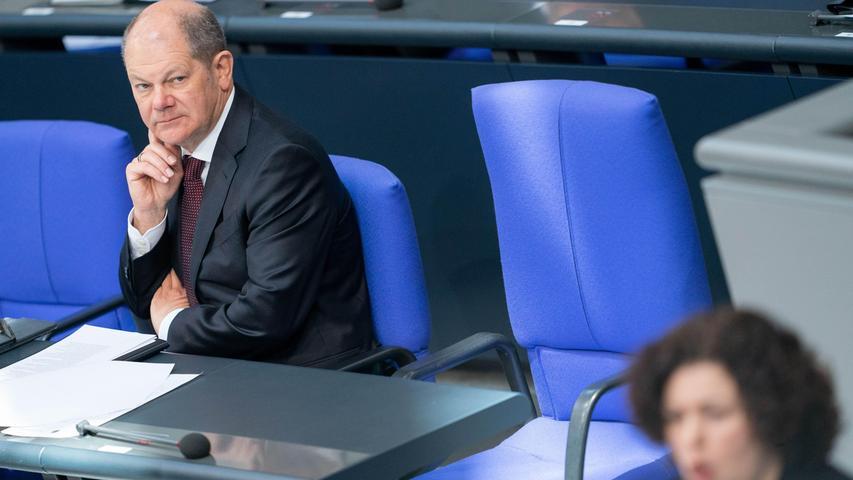 25. März: Der Bundestag beschließt einen Nachtragshaushalt zur Finanzierung der Hilfspakete in der Corona-Krise. Vorgesehen sind darin neue Schulden in Höhe von 156 Milliarden Euro. Der Bundesrat muss noch zustimmen. Bundeskanzlerin Angela Merkel ist bei der Debatte nur telefonisch anwesend. Nach einem Kontakt mit einem auf Corona getesteten Arzt ist sie in Quarantäne.