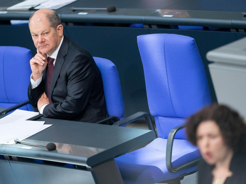 25. März: Der Bundestag beschließt einen Nachtragshaushalt zur Finanzierung der Hilfspakete in der Corona-Krise. Vorgesehen sind darin neue Schulden in Höhe von 156 Milliarden Euro. Der Bundesrat muss noch zustimmen.