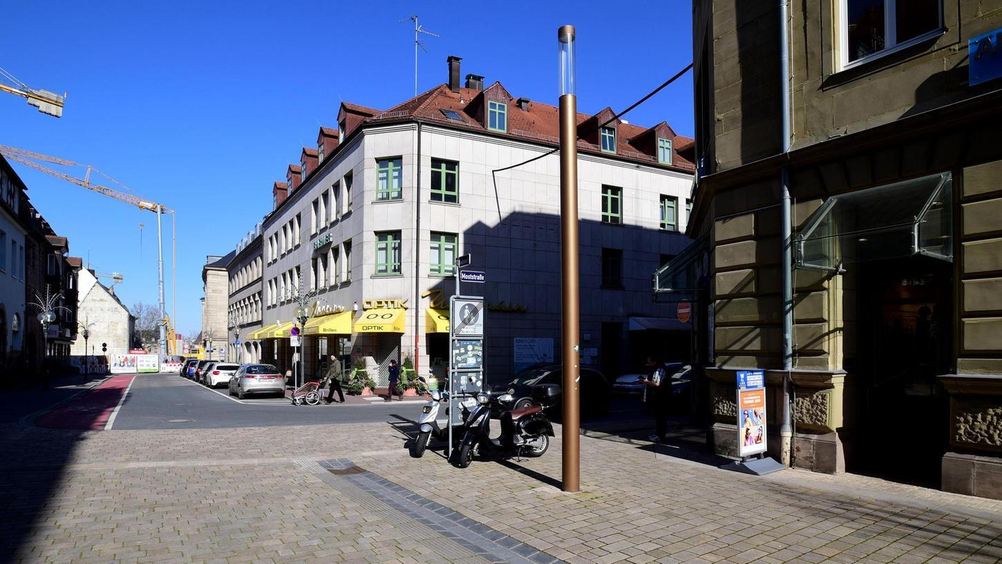 Blick vom bereits umgebauten Teil der Hallstraße in den Bereich, der nun zur Baustelle wird. Das einheitliche Pflaster soll sich bis zum Theatervorplatz durchziehen – obwohl zwischen Moststraße (rechts) und Alexanderstraße weiter Autos fahren werden.