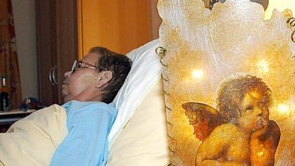 Dieses Bild aus einem Hamburger Hospiz zeigt eine Patientin, die die letzten Tage und Wochen ihres Lebens in der Obhut kompetenten Pflegepersonals verbringt.