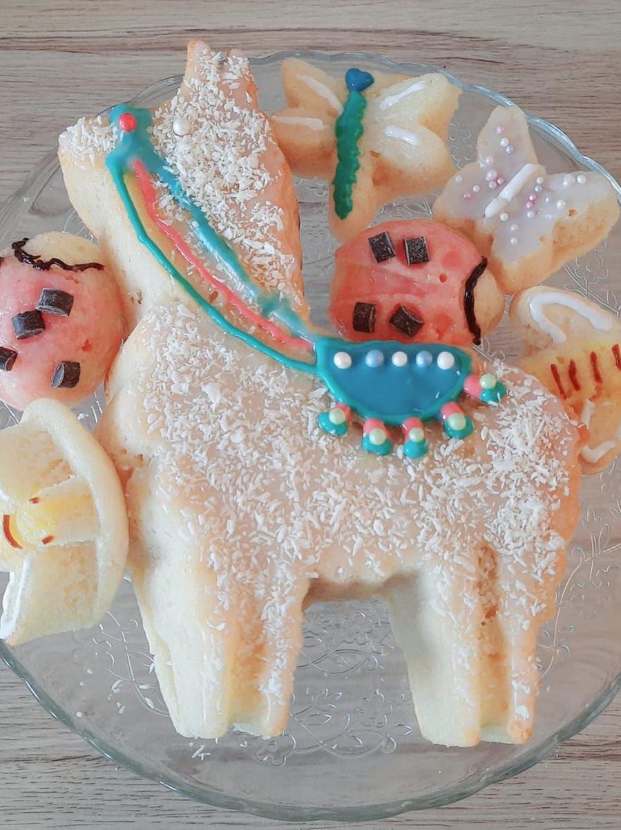 Marina Gülch hat diesen Kuchen in Pferdeform gebacken und gleich noch detaillreich mit Sattel und frühlingshaften Käfern verziert.