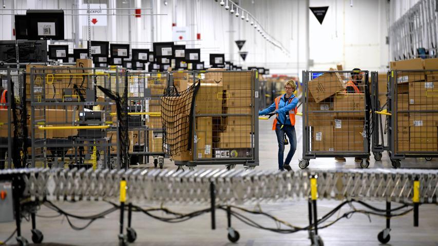 Amazon, Ebay und co. profitieren durchaus von einer erhöhten Nachfrage. Amazon hat deshalb allein 100.000 Stellen in den USA ausgeschrieben - und 350 Stellen in Deutschland. Gesucht wird zusätzliches Personal für die Logistik, derzeit priorisiert Amazon Waren zur