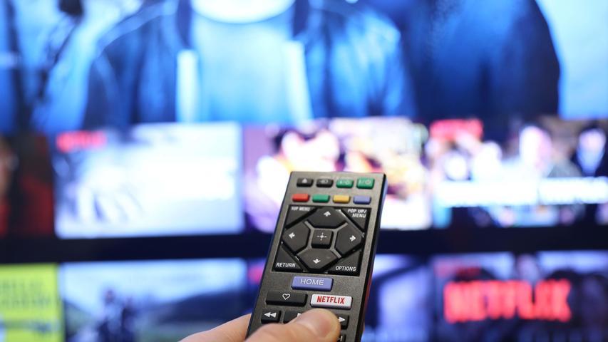Streamingdienste erleben derzeit einen regelrechten Ansturm, allerdings gibt es eine Kehrseite der Medaille. Jüngst haben zunächst Netflix und Youtube vermeldet, die Qualität aller Filme und Serien vorübergehend herunterzuschrauben - von HD auf Standardqualität. Gelten soll diese Maßnahme zunächst für die nächsten 30 Tage (bis Ende April). Auch Netflix wird zu den profitablen