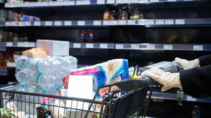 Sie profitieren und leiden gleichermaßen: Aktuell lässt sich noch nicht beurteilen, ob Hamsterkäufe für die Supermärkte zum Umsatzplus führen - oder nur zeitlich begrenzt Wirkung zeigen. Entscheidend ist, ob mengenmäßig mehr eingekauft wurde, oder tatsächlich nur einmal viel gekauft wurde. Gleichzeitig investieren derzeit fast alle Supermärkte in Schutzmaßnahmen für ihr Personal, Glaswände, Mundschutz und Handschuhe. Rewe, Edeka, Netto, Penny, Aldi - Sie alle suchen außerdem händeringend nach Personal.