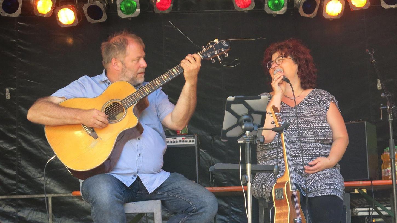 """""""Wir versuchen aus der Not eine Tugend zu machen"""": Gitarrist und Sänger Wulli Wullschläger und Sängerin Sonja Tonn geben morgen ein Konzert im """"fifty fifty""""."""