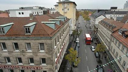 Seit Jahren steht das ehemalige Modehaus Fiedler mitten in Fürth leer. Nun wird es, ebenso wie das Park-Hotel (gelbes Gebäude) abgerissen. Entstehen soll in dem Karree an der Freiheit ein großes Einkaufszentrum.