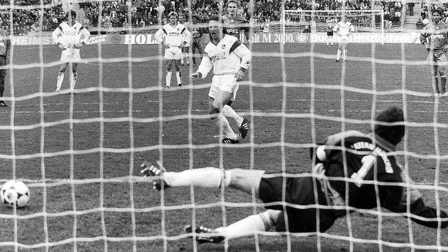 Selbstbewusst vom Punkt: Sergio Zarate trifft aus elf Metern und dreht die Partie noch vor der Halbzeit zu Gunsten des FCN.
