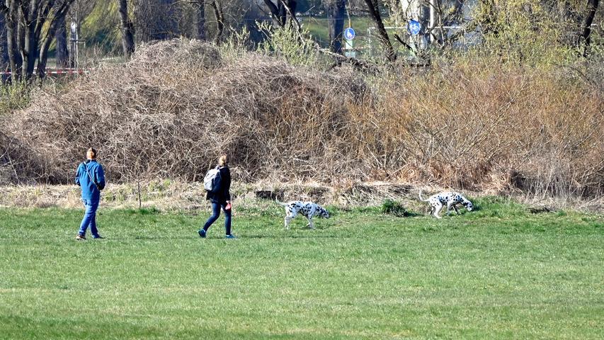 Corona-Shutdown, Tag 11: Gassigehen im Grünen: Hundehalter, Jogger, Radler, Spaziergänger und Sportler halten sich im Großen und Ganzen an die Auflagen und den nötigen Sicherheitsabstand.
